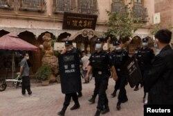 Hytaýyň Sinjiang uýgur awtonom sebitiniň gadymy Kaşgar şäherinde polisiýa işgärleri patrullyk edýär
