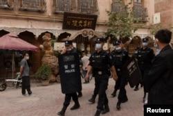 Полицейские патрулируют Старый город в Кашгаре в Синьцзян-Уйгурском автономном районе Китая.