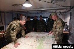 Пятро Парашэнка сустракаецца з войскамі на Данбасе