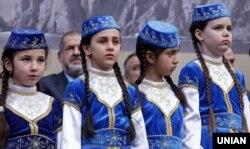 Діти під час мітингу з нагоди роковин депортації кримських татар, Київ, майдан Незалежності, 18 травня 2016 року