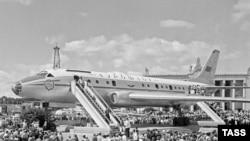 С 1958 года на Площади промышленности ВДНХ выставлялись достижения отечественного самолетостроения. На фото — Ту-104, который сменили разрушенные недавно Ту-154 и Як-40