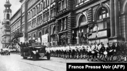 Німецькі нацистські війська і юні нацисти марширують вулицею Відня після аншлюсу, 15 березня 1938 року
