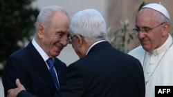 Израиль президенті Шимон Перес (солдан оңға), Палестина автономиясы басшысы Махмуд Аббас және Рим папасы Франциск. Ватикан, 8 маусым 2014 жыл.