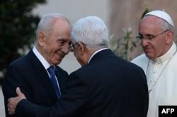 شیمون پرز و محمود عباس در کنار پاپ فرانسیس پس از کاشتن یک درخت زیتون در واتیکان