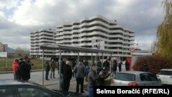 Okupljeni građani u naselju Otes, Ilidža, Sarajevo, Bosna i Hercegovina