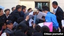 Очередь перед паспортно-визовой службой Казахстана в Китае. Архивное фото, высланное в редакцию Азаттыка читателем.