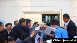 Очередь в паспортно-визовую службу Казахстана в Китае. Фото прислано читателем радио Азаттык.