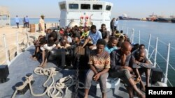 Мигранты на борту катера береговой охраны Ливии. Триполи, 29 августа 2017