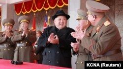 Ким Чен Ын аскер жетекчилери менен.