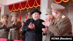 Kim Jong la o paradă militară la Fenian