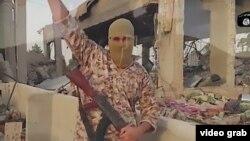 """Парсыша сөйлеген """"Ислам мемлекеті"""" экстремистік тобы мүшесі түскен видеодан скриншот."""