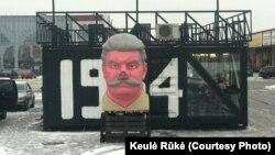 «Бюст Сталіна» каля грыль-бара Keulė Rūkė ў Каўнасе