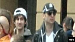 Видеокадр с Джохаром и его братом Тамерланом (справа) на Бостонском марафоне. Тамерлан, признанный основным виновником взрывов, был убит во время перестрелки с полицейскими спустя несколько дней после теракта.