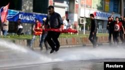 Шеруге шыққандар мен полицияның қақтығысы. Стамбул, 1 мамыр 2013 жыл.