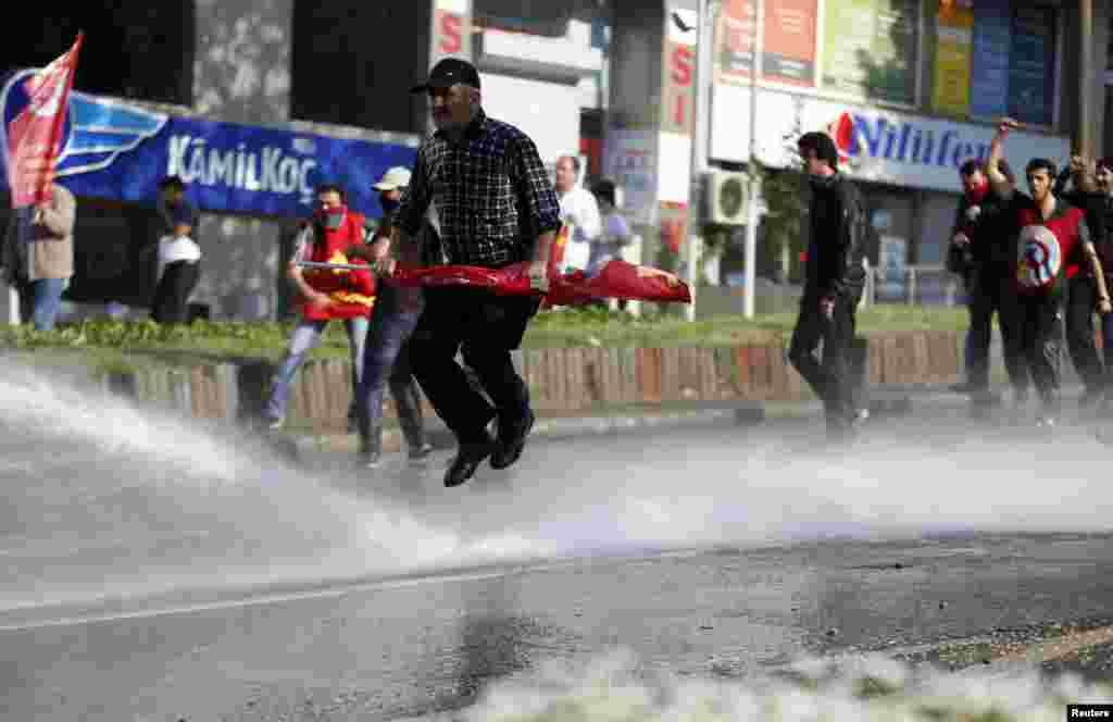 Түркия азаматтарының наразылық шарасы. Стамбул, 1 мамыр 2013 жыл.