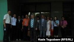 Группа Свидетелей Иеговы, прибывших в Алматинский городской суд для наблюдения за ходом рассмотрения апелляционной жалобы Христианского центра Свидетелей Иеговы на постановление административного суда о приостановлении его деятельности на три месяца. Алматы, 1 августа 2017 года.