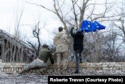 Широкине. Українські військові встановлюють європейський стяг