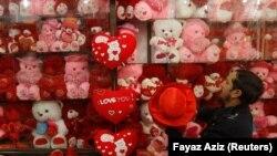 Պակիստան - Խանութպանը վաճառքի է պատրաստում Վալենտինի օրվան նվիրված հուշանվերները, Փեշավար, 7-ը փետրվարի, 2018թ.