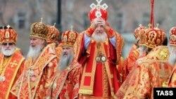 Патриарх Кирилл проводит молитвенное стояние в поддержку православной церкви в храме Христа Спасителя в Москве, 22 апреля 2012 года.