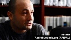Журналіст Влад Лавров: «Я запитав, скільки квартир іде СБУ, він захопив мене за шию … відпустив і просто вдарив телефон і розбив його»