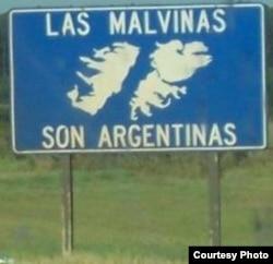 """""""Мальвины - аргентинские!"""" Такие знаки стоят по всем дорогам Аргентины"""
