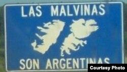 """Распространенные в Аргентине дорожные знаки, гласящие: """"Мальвины - аргентинские!"""""""