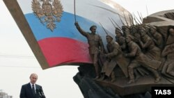 Путин и памятник