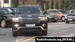 Авто народних депутатів біля Верховної Ради