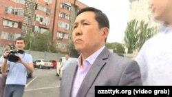 Манас Арабаев на выходе из Первомайского районного суда. Бишкек. 4 июня 2019 года.