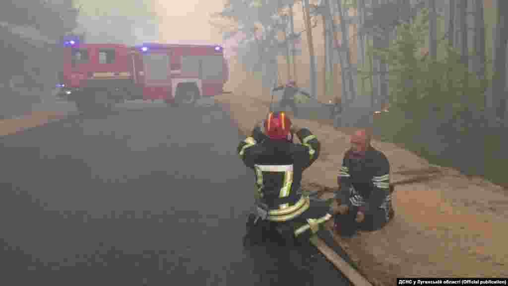 Вранці 9 липня рятувальники все ще продовжували гасити окремі осередки горіння лісової підстилки, повідомляє Державна служба з надзвичайних ситуацій