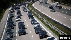 Сделката предвижда до 2026 г. новите автомобили в Калифорния да достигнат стандарт за разход от 1 галон за 50 мили (4.7 литра за 100 км.)