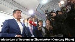 Сооронбай Жээнбеков на избирательном участке. 15 октября 2017 года.