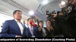 Сооронбай Жээнбеков на избирательном участке, 15 октября 2017 г.
