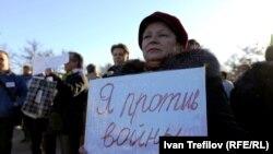 Участница антивоенного пикета в Москве
