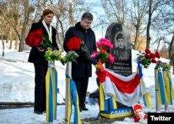 Пётар Парашэнка і ягоная жонка ўскладаюць кветкі да помніка Міхасю Жызьнеўскаму, 20 студзеня 2016