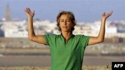 یک زن مراکشی در حال انجام تمرینات یوگا در رباط