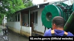 Спасатели откачивают воду в доме села Первомайское Симферопольского района