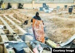 Тегеранның сыртындағы зиратта тұрып жатқан адам. Ирандық Sharvand басылымындағы сурет.