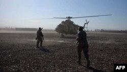 Амэрыканскія салдаты побач з расейскім верталётам Мі-17 у Афганістане. Амэрыканцы купляюць для афганскага войска расейскае ўзбраеньне.