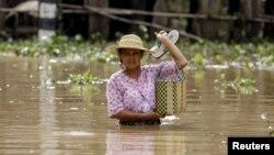 Тасқын су алған аймақтағы тұрғын әйел. Мьянма, 23 шілде 2015 жыл.