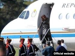 Президент Аргентины Кристина Киршнер сходит с самолета в Пуэрто-Мадрин