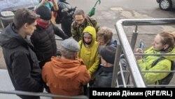 Слушатели около суда в Архангельске