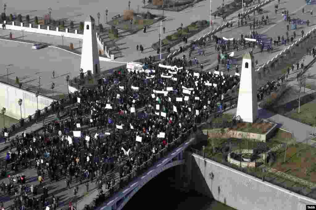 """Демонстрация проходила под лозунгом """"Любовь к пророку Мухаммеду"""". Ранее, в минувшие выходные, аналогичная акция состоялась в соседней Ингушетии."""