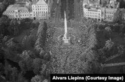 Crowds in central Riga, the midpoint of the human chain.