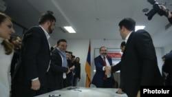Исполняющий обязанности премьер-министра Армении Никол Пашинян и члены его блока «Мой шаг» поздравляют друг друга с победой на внеочередных парламентских выборах, Ереван, 10 декабря 2018 г.