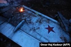 Крыло российского Су-25, сбитого из переносного зенитного ракетного комплекса.
