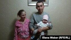 Светлана Латунова с мужем и четырехмесячной дочерью в лагере для эвакуированных, организованном в темиртауской гостинице. 16 апреля 2015 года.