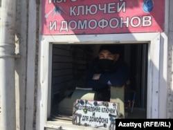 Серик Алибаев, изготовитель дубликатов ключей на рынке по улице Шокана Уалиханова. Нур-Султан, 5 мая 2020 года.