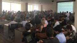 Višnja Kisić postavlja pitanje na javnoj raspravi o gondoli