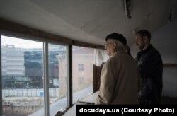 Кадр з фільму «Колір фасаду – синій» Олексія Радинського
